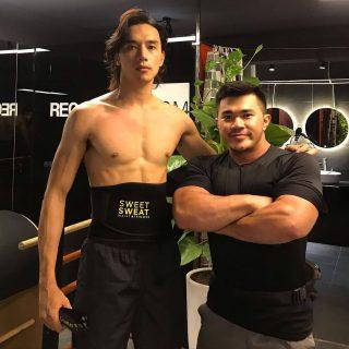 Ook acteur Thuan Nguyen gebruikt Sweet Sweat tijdens zijn training.  #SweetSweat #Results #cardioworkout #sweetsweatnederland #waisttrimmer #buikspieren #afvallen #zweet #zweetband #zweten #cardio #fitness #warmup #followme #motivatie #afslankband #beachbody #summerbody #killerbody #bodysculpting #gezondafvallen #fitness #waistshaper #workout #workoutmotivation #fitdutchies #coronakilos #loopbands #kickboxing #trimmercleaningspray #saunabelt