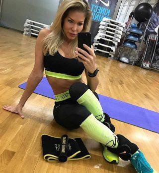 Goede dingen gebeuren voor degenen die ZWETEN..💦💦💦💋  #SweetSweat #Results #cardioworkout #sweetsweatnederland #waisttrimmer #buikspieren #afvallen #zweet #zweetband #crossfit #cardio #fitness #warmup #followme #motivatie #afslankband #beachbody #summerbody #killerbody #bodysculpting #gezondafvallen #fitness #waistshaper #workout #workoutmotivation #fitdutchies #coronakilos #loopbands #kickboxing #trimmercleaningspray #saunabelt