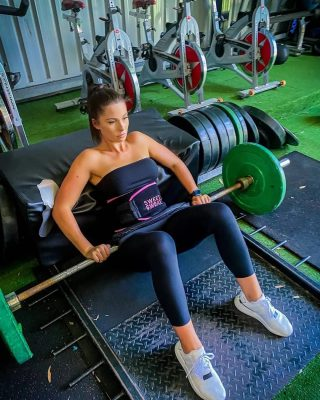 Chelsea draagt haar Sweet Sweat Waist Trimmer om extra te zweten en haar core te verstevigen tijdens haar gym sessies 😍✔️  #SweetSweat #Results #cardioworkout #sweetsweatnederland #waisttrimmer #buikspieren #afvallen #zweet #zweetband #crossfit #cardio #fitness #warmup #followme #motivatie #afslankband #beachbody #summerbody #killerbody #bodysculpting #gezondafvallen #fitness #waistshaper #workout #workoutmotivation #fitdutchies #coronakilos #loopbands #kickboxing #trimmercleaningspray #saunabelt